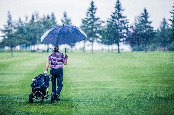 Golfer using the best golf umbrella